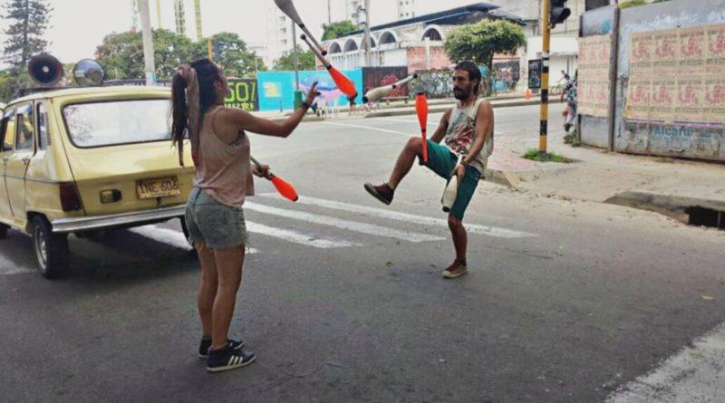 La pareja de artistas Agustina y Francisco que llenan de alegría a los transeúntes de espalda a los semáforos y de cara a los conductores. Foto: David Gómez.